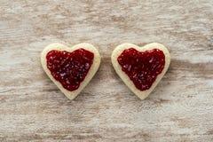 Gemütlicher hölzerner Hintergrund, mit Herz-förmigem Brot des Sandwiches 2 mit Erdbeermarmelade in der Mitte, Liebeskonzept, für  lizenzfreies stockfoto