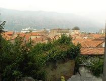 Gemütlicher Platz auf dem Dach und Ansicht über die alte Stadt Stockbild