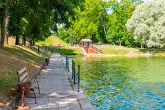 Gemütlicher und schöner Platz, zum sich im Park zu entspannen Stockfotografie