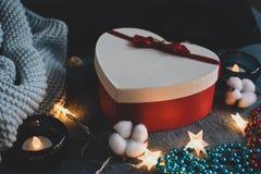 Gemütliches bereiftes Foto mit einer roten Herz-förmigen Geschenkbox stockfotografie