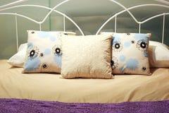 Gemütliches Bett Lizenzfreie Stockbilder