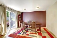 Gemütliches Esszimmer mit braunem Wand- und Holztischsatz Lizenzfreies Stockfoto