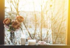 Gemütliches Frühlingsstillleben: Schale heißer Tee mit Frühlingsblumenstrauß von Blumen auf Weinlesefensterbrett mit einem rosa E stockbild
