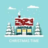 Gemütliches Haus des Winters mit Sitzen auf blauem Hintergrund Weihnachtszeit, guten Rutsch ins Neue Jahr - Vektorillustration Fl Lizenzfreies Stockbild