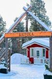 Gemütliches Haus am Winter Forest Rovaniemi Finland Lapland lizenzfreies stockbild