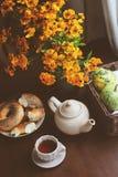 Gemütliches Herbstfrühstück auf Tabelle im Landhaus Stockbilder