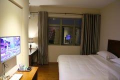 Gemütliches Hotel-Bett stockbilder