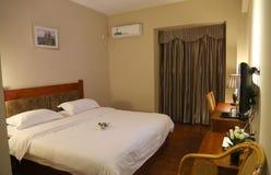 Gemütliches Hotel-Bett stockfoto