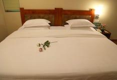 Gemütliches Hotel-Bett lizenzfreies stockfoto