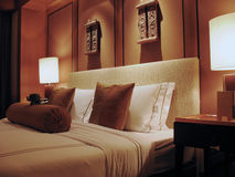Gemütliches Hotel-Bett Stockbild