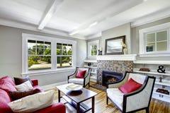 Gemütliches kleines Wohnzimmer mit Kamin Stockfotografie