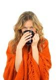 Gemütliches Mädchen, das eine Tasse Tee genießt lizenzfreies stockbild