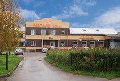 Gemütliches Motel am Eingang zu Pudozh stockbild