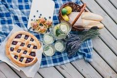 Gemütliches Picknick nahe See Stockfoto