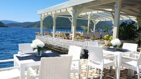 Gemütliches Restaurant durch das Meer stock video