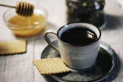 Gemütliches Saisonfall- oder Winterfrühstück mit heißem Getränkhonig und stockfotos