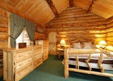 Gemütliches Schlafzimmer im Blockhaushaus Stockfoto