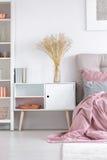 Gemütliches Schlafzimmer mit weißem Schrank stockfotografie