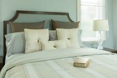 gemütlicher schlafzimmerinnenraum mit buch und leselampe auf