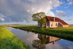 Gemütliches und reizend Bauernhaus durch Fluss Stockbild