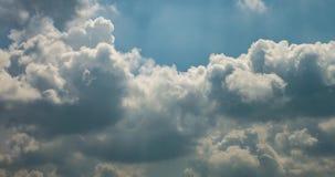 Gem för Tid schackningsperiod av flera fluffiga lockiga rullande molnlager i blåsväder för stormen lager videofilmer