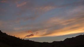 Gem för UHD-tidschackningsperiod Majestätiskt berglandskap med det färgrika molnet dramatisk sky arkivfilmer