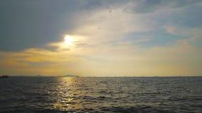 Gem för video för längd i fot räknat för schackningsperiod för solnedgånghimmel- och för havssiktslandskap och fartygrörelsetid arkivfilmer