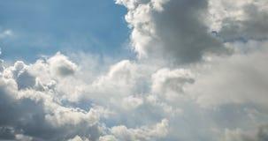 Gem f?r Tid schackningsperiod av gr?a fluffiga lockiga rullande moln f?r storm i bl?sv?der med solstr?lar arkivfilmer