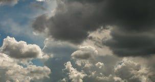 Gem f?r Tid schackningsperiod av gr?a fluffiga lockiga rullande moln f?r storm i bl?sv?der med solstr?lar lager videofilmer