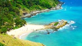 gem f?r video 4K, den mest h?rliga synvinkeln f?r seascapestrandhav i sommaren p? Phuket, Thailand stock video