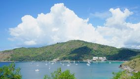 gem f?r video 4K, den mest h?rliga synvinkeln f?r seascapestrandhav i sommaren p? Phuket, Thailand lager videofilmer