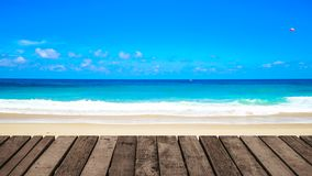 gem f?r video 4K, f?r seascapestrand f?r mest h?rlig tr?terrass den fr?mre bakgrunden f?r hav i sommaren arkivfilmer