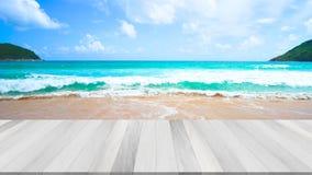 gem f?r video 4K, f?r seascapestrand f?r mest h?rlig tr?terrass den fr?mre bakgrunden f?r hav i sommaren stock video