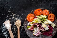 Gem?se auf dem schwarzen Hintergrund Organische Nahrungsmittel und Frischgemüse Gurke, Kohl, Pfeffer, Salat, Karotte, Brokkoli, stockfoto