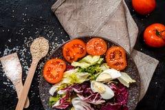Gem?se auf dem schwarzen Hintergrund Organische Nahrungsmittel und Frischgem?se Gurke, Kohl, Pfeffer, Salat, Karotte, Brokkoli, lizenzfreie stockfotografie