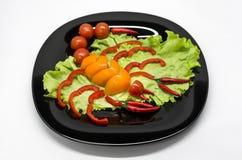 Gem?se auf einer Platte ausgebreitet in Form eines Skorpions lizenzfreie stockfotografie