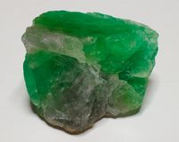 Gema verde de cristal de pedra mineral da fluorite no fundo branco foto de stock