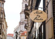 Gemaakt door Praha (Praag) uithangbord op een straat van Praag, Tsjechische Republiek stock fotografie