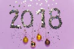 2018 gemaakt van confettien in de vorm van sterren met Kerstmisdecoratie Stock Fotografie