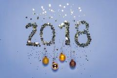2018 gemaakt van confettien in de vorm van sterren met Kerstmisdecoratie Stock Afbeeldingen