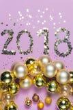 2018 gemaakt van confettien met de ornamenten van glaskerstmis Stock Fotografie