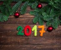2017 gemaakt van gevoeld en Kerstboom Kinderachtige Nieuwe jaarbackgrou Royalty-vrije Stock Foto's
