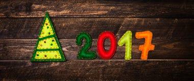 2017 gemaakt van gevoeld en Kerstboom Kinderachtige Nieuwe jaarbackgrou Stock Afbeeldingen