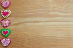Gemaakte hart van Kerstmis vormt het naar huis de koekjes van de valentijnskaartpeperkoek over hout Stock Afbeeldingen