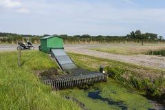 Gemaal i Warkumerwaard, vatten som pumpar stationen på Warkumerwaard royaltyfri bild