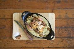 Gemacht mit dem Huhn, süßen Erbsen, süßem rotem Pfeffer, Sellerie, Zwiebeln und Pilzen, die in einer wohlschmeckenden Soße schwim Lizenzfreies Stockbild