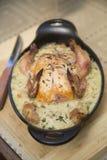 Gemacht mit dem Huhn, süßen Erbsen, süßem rotem Pfeffer, Sellerie, Zwiebeln und Pilzen, die in einer wohlschmeckenden Soße schwim Lizenzfreie Stockbilder