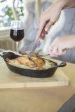 Gemacht mit dem Huhn, süßen Erbsen, süßem rotem Pfeffer, Sellerie, Zwiebeln und Pilzen, die in einer wohlschmeckenden Soße schwim Stockbild