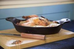 Gemacht mit dem Huhn, süßen Erbsen, süßem rotem Pfeffer, Sellerie, Zwiebeln und Pilzen, die in einer wohlschmeckenden Soße schwim Stockfotografie