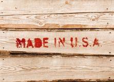 Gemacht in USA. Roter Aufkleber auf Holzkiste Stockfotografie